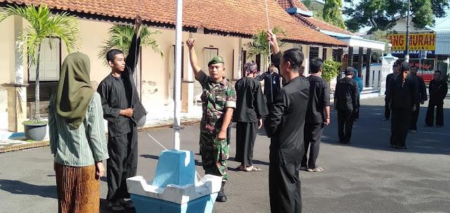 KodimKaranganyar - Bati Komsos Koramil 01 Karanganyar Latih Petugas Upacara Bendera