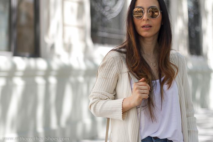 Ideas de outfits looks en Valencia que sean comodos y con estilo blogger influencer con vaqueros y zapatos mules