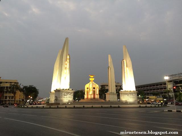 Бангкок, Монумент Демократии и нулевой километр Таиланда