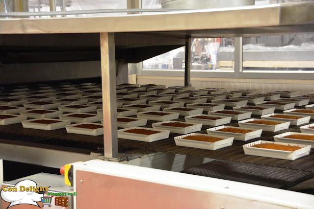 הרבה עוגות ביציאה מהתנור cakes coming out of the oven