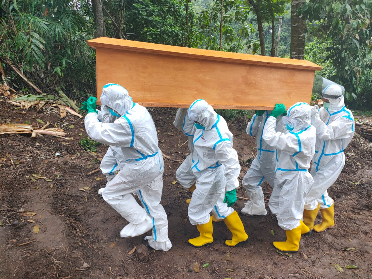 Pasiops Kodim 0410/KBL Kapten Inf Dja'far menghadiri kegiatan pemakaman jenazah di TPU Umbul Kunci