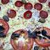 Pizzas que boa por alguns ingredientes saborosos, mas uma montagem ruim e ingredientes essenciais fracos condenam a experiência... comendo Pizza 1\2 peperone 1\2 marguerita + broto chocolate com banana em Pizzaria E Esfiharia Rey Da Noyte.