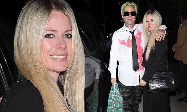Avril Lavigne luce un largo abrigo negro en una cita romántica en Santa Mónica