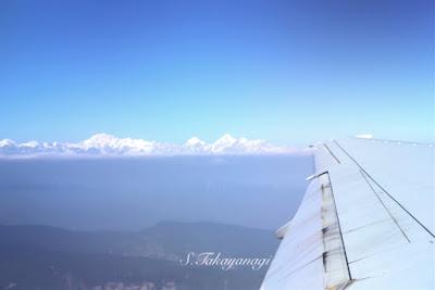 ネパールからバンコクへ向かう機内からエベレストを望む