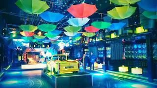 Dekoracja klubu Shine: parasolki