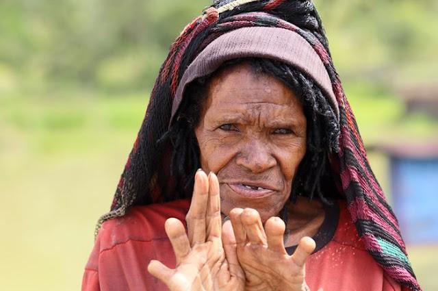 Tradisi iki palek adalah tradisi potong jari yang melambangkan rasa duka kepada orang yag dicintai