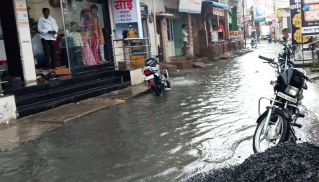 हिमायतनगर शहर परिसरात धुंवाधार पाऊस; पावसाच्या पाण्याने झाली रस्त्याची घसरर्गुंडी -NNL