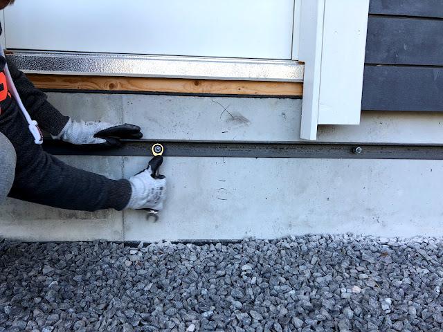terassin perustukset, sokkelin hyödyntäminen, terassin rakentaminen, kulmaraudan kiinnittäminen, betonikiila-ankkuri, lenkkiavain, komposiitti, tukipuu, kynnys