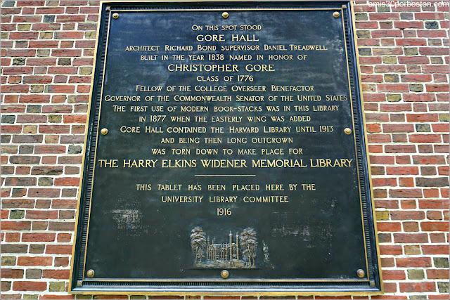 Placa en la Fachada de la Biblioteca Widener en la Universidad de Harvard
