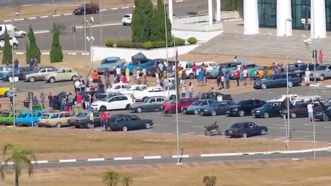 Evento de carros antigos causa aglomeração em Paulínia