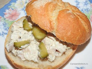 Salata de pui cu maioneza reteta rapida de casa servita cu usturoi castraveti chifle sandwich mancare aperitive antreu retete salate carne piept,