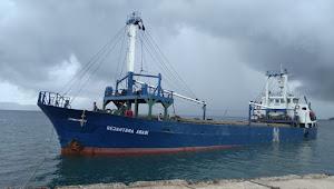 Kapal  Sejahtera Abadi Bongkar Barang Di Pelabuhan Soro Kempo Dijaga Ketat Oleh Aparat