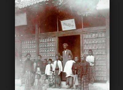 KH. Ahmad Dahlan bersama para murid