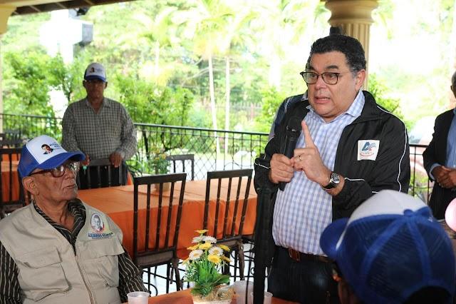 Alejandro Asmar se reúne con comunitarios de El Seibo para conocer sus necesidades y canalizar posibles soluciones