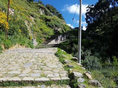 Subida hacia la fortaleza de Sacsayhuamán