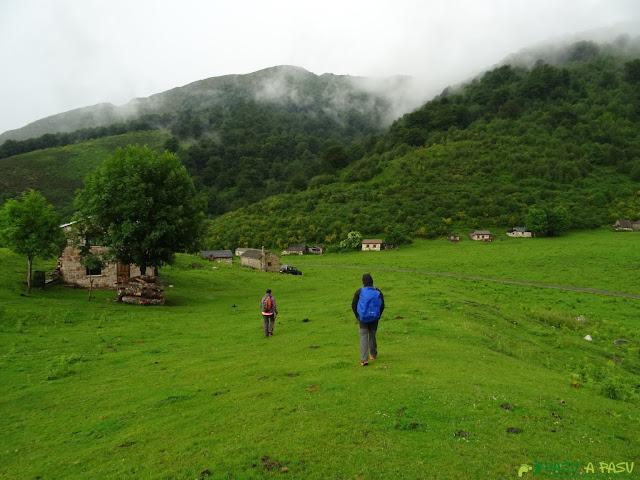 Inicio del descenso a Bezanes desde Brañagallones