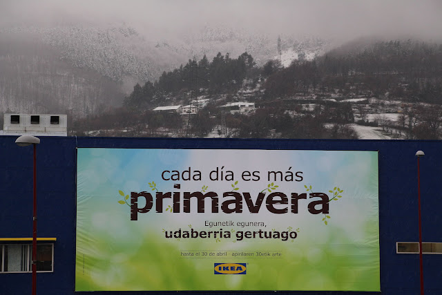 Cartel en Ikea durante la última nevada en Barakaldo