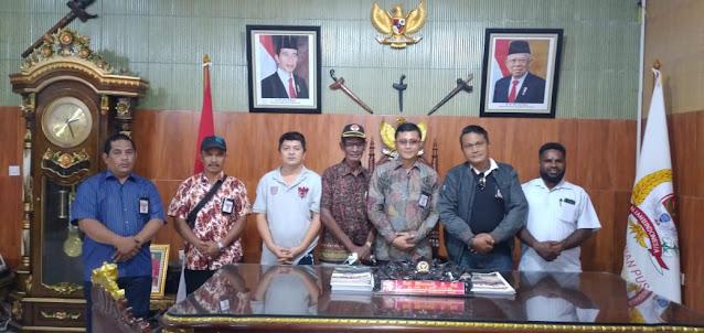Yowel Warabai Serahkan Dokumen Pengesahan KPK-Tipikor Provinsi Papua ke Marwan.lelemuku.com.jpg
