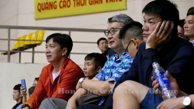 HLV Li Huan rèn luyện kỹ thuật cho các tuyển thủ