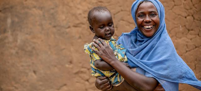 Una mujer VIH positiva y su bebé toman su medicación antiretroviral diariamente en Mbarara, en el oeste de Uganda.© UNICEF/Karin Schermbrucker