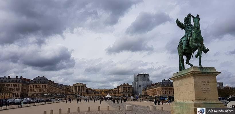 Praça e estacionamento em frente ao Palácio de Versalhes