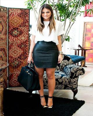 outfit de oficina con minifalda negra