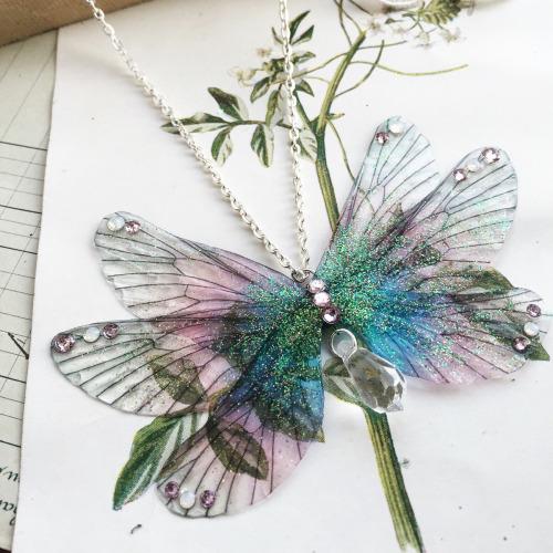 Delicadas jóias inspiradas nas asas de borboletas e outros insetos