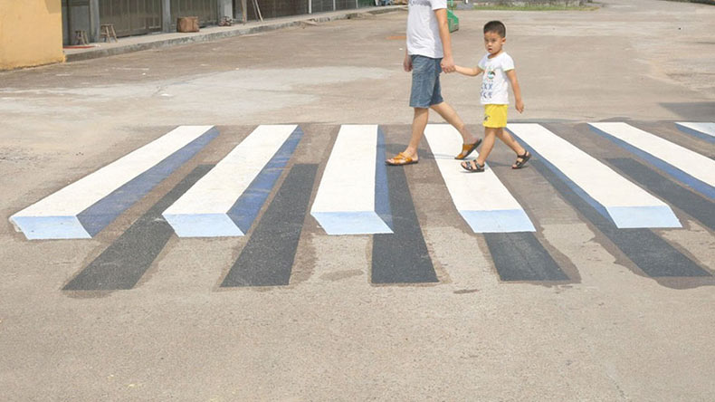 Artista indio utiliza pinturas en 3D como reductores de velocidad