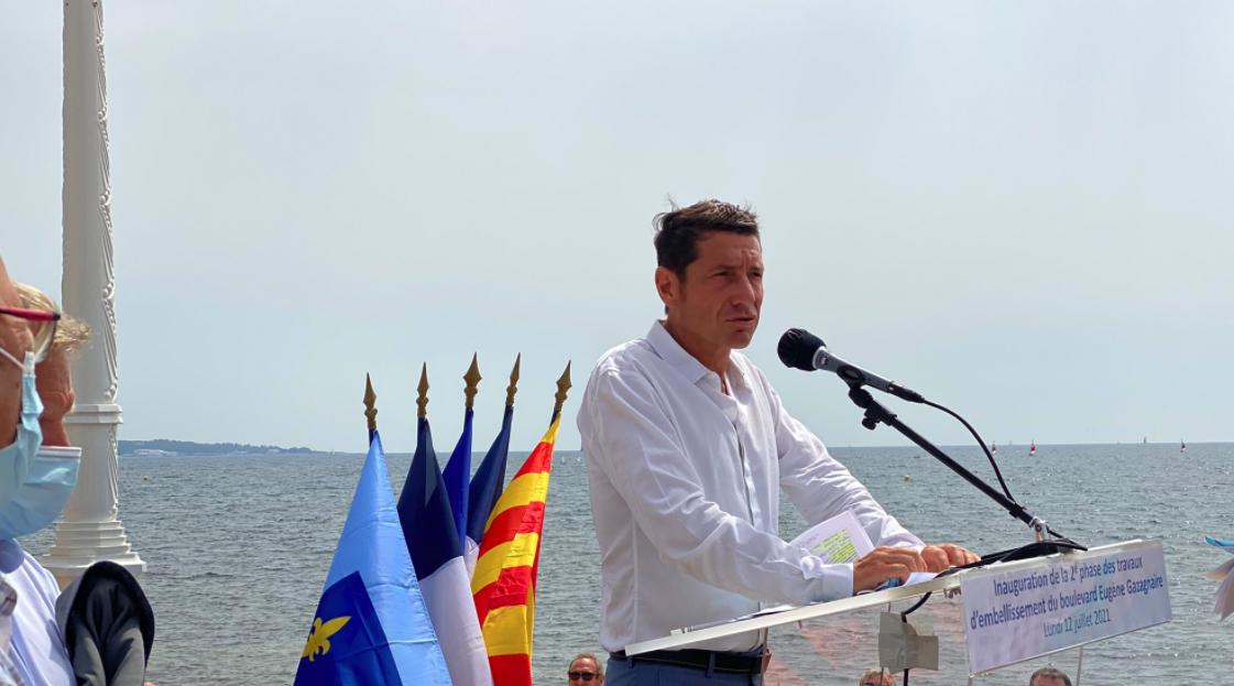 Photo de David Lisnard pendant un discours sur la croisette à Cannes