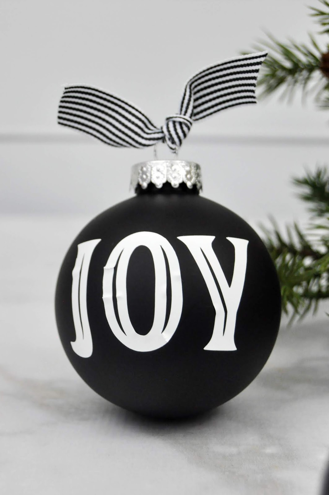 Chalkboard ornaments with white vinyl designed by Jen Gallacher using a Silhouette die cut machine. #diecutting #christmasornament #jengallacher #christmascraft