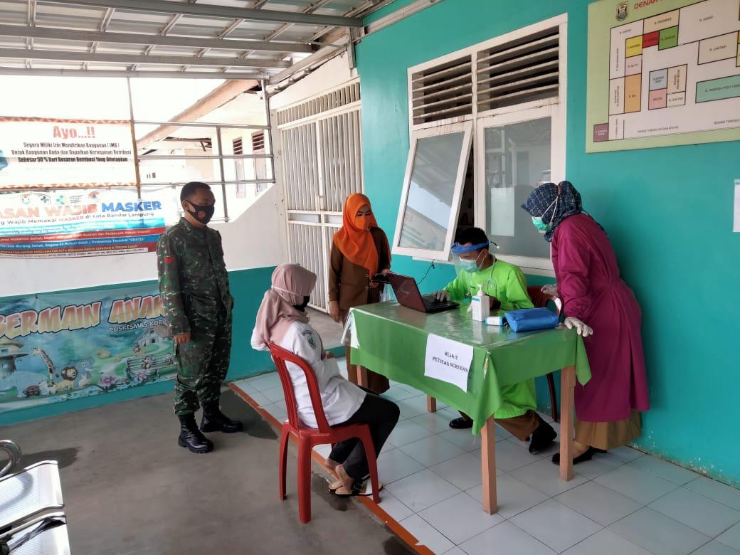Babinsa Koramil 410-01/Panjang Kodim 0410/KBL Koptu Hadi Wijaya, memonitor pelaksanaan kegiatan Vaksinasi Sinovac yang bertempat di Puskesmas Korpri Raya