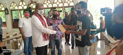 Bupati Maluku Tenggara  M. Thaher Hanubun saat menyerahkan BLT yang bersumber Dana Desa (DD) Ohoi Somlain