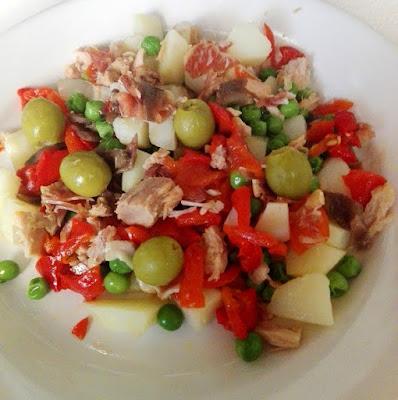Ensaladilla con piquillos, patatas, guisantes, anchoas, atún, jamón y aceitunas.