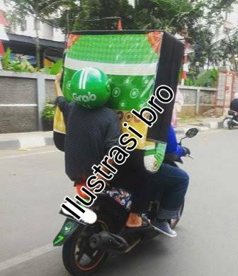 Gambar naik ojek dengan barang berlebihan,penumpang yang harus di hindari saat menjadi ojek online