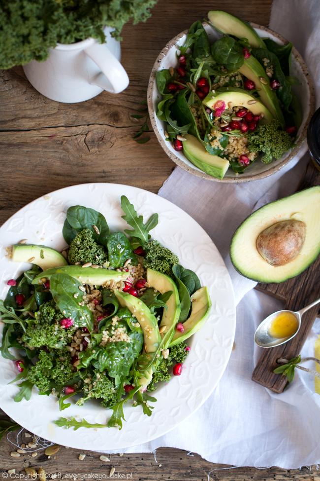 zdrowa, zielona sałatka z awokado i komosą ryżową