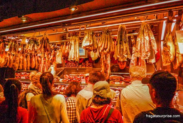Fila em uma barraca de frios no Mercado da Boqueria, Barcelona