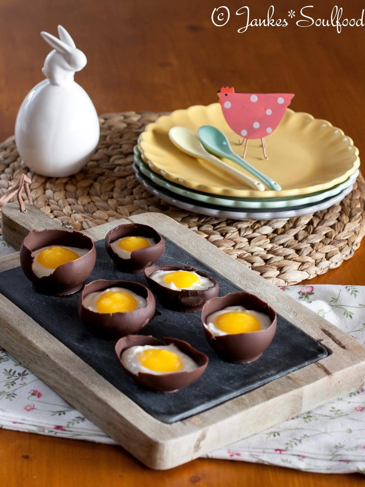 Schokoladen-Ei mit Quark und Mango-Püree