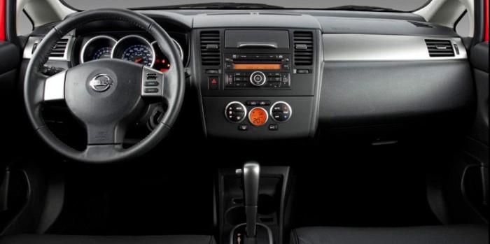 car in Nissan Tiida sedã 2013