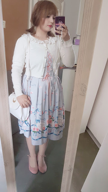 mirror selfie of auris with a sailor moon cat bag and a casual otome coordinate.