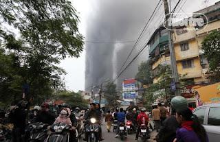 Llamas en el rascacielos EVN de Hanoi