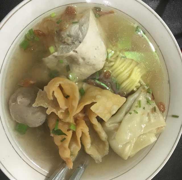 Landasan Ulin, Kota Banjarbaru boleh dibilang salah satu syurganya penikmat kuliner. Salah satunya kuliner bakso syar'i yang satu ini. Selain isian bakso yang beda, pemilik bisnis ini juga menggartiskan bakso selamanya bagi yang hafal 30 juz Alquran.