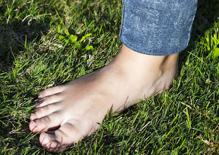 health benefits on walking green grass,effects of barefoot walking on green grass,barefoot walking on green grass