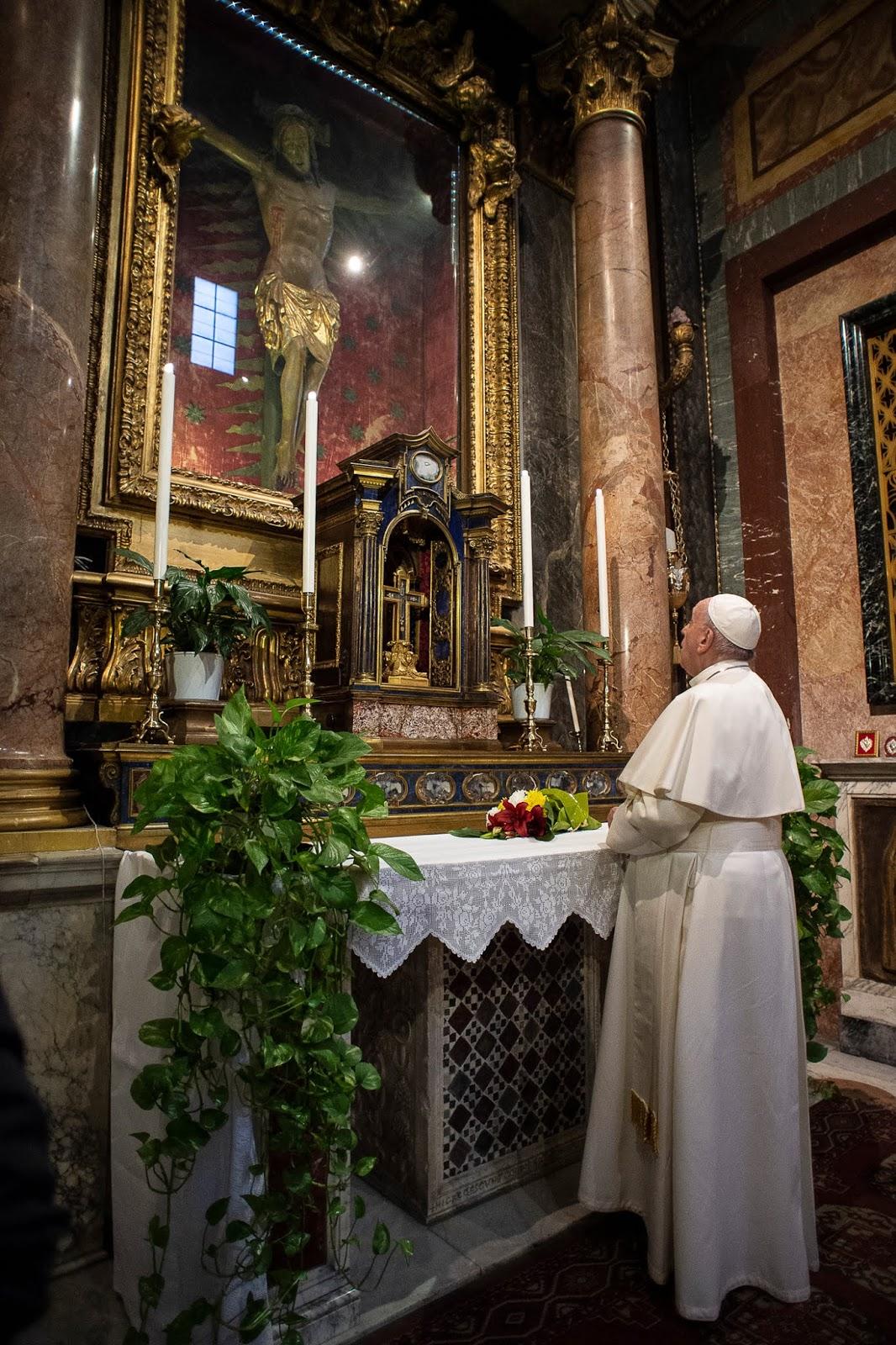 El Papa, ante el Cristo de la Peste