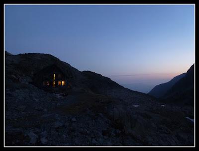 Saliendo al amanecer del refugio del Portillón