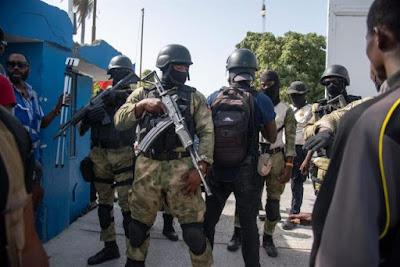 Policías custodian hoy a un grupo de sospechosos de haber participado en el asesinato del presidente haitiano, Jovenel Moise, en Puerto Príncipe (Haití). EFE/Jean Marc Hervé Abélard