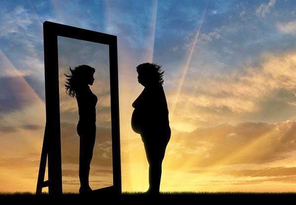 grua duke u parë në pasqyrë