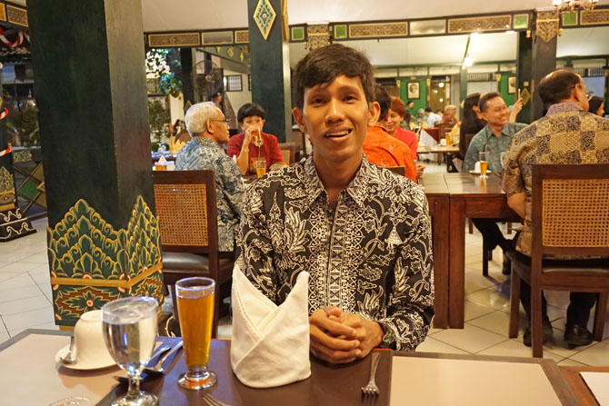 Sesekali berpakaian rapi saat makan malam