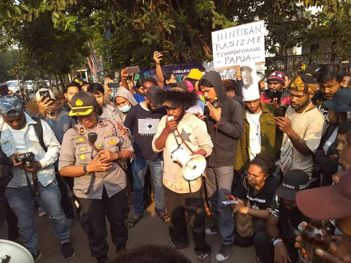Innalillahi... Aparat Berikan Barang Haram Ini ke Demonstran Papua