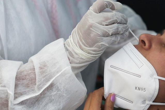Profissional da saúde realiza teste para detecção de Covid-19