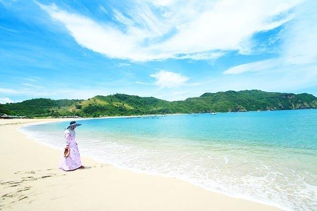 Pasir putih dan laut biru di pantai Mawun, sumber ig @lan_oktacvianah